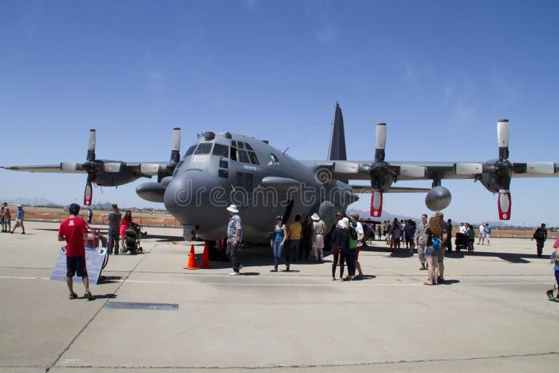 Toeschouwers en Reusachtige Militaire Vliegtuigen stock foto