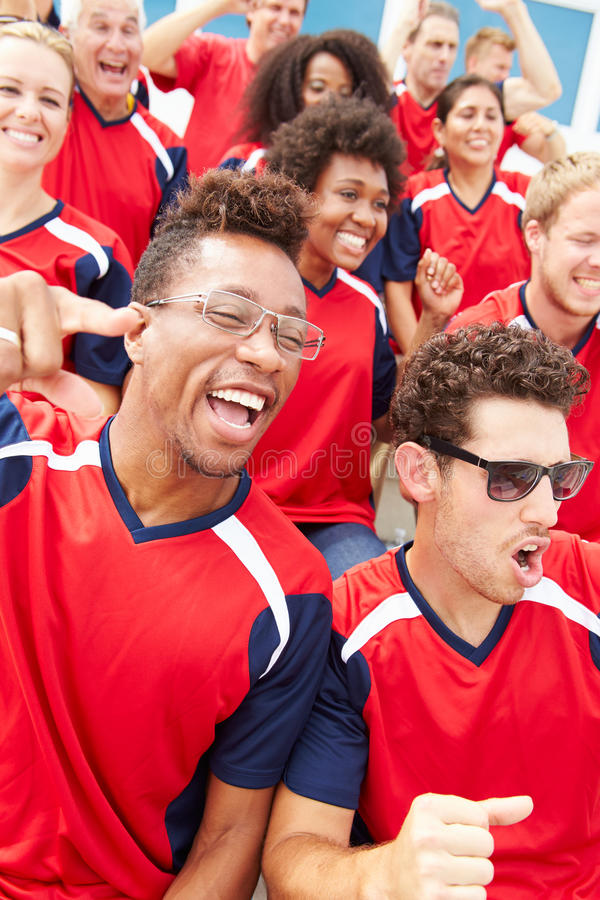 Toeschouwers in Team Colors Watching Sports Event stock foto's