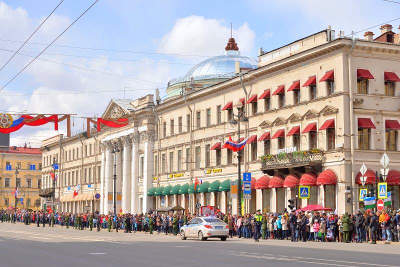 Toeschouwers Victory Parade op Nevsky-Vooruitzicht stock foto's