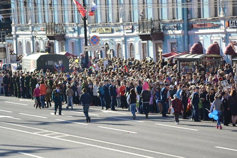 Toeschouwers Victory Parade op Nevsky-Vooruitzicht stock foto