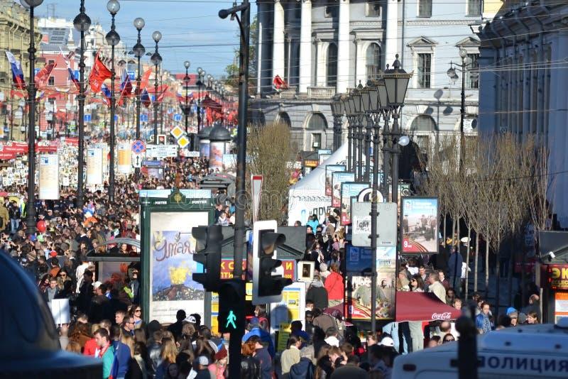 Toeschouwers Victory Parade op Nevsky-Vooruitzicht stock afbeeldingen