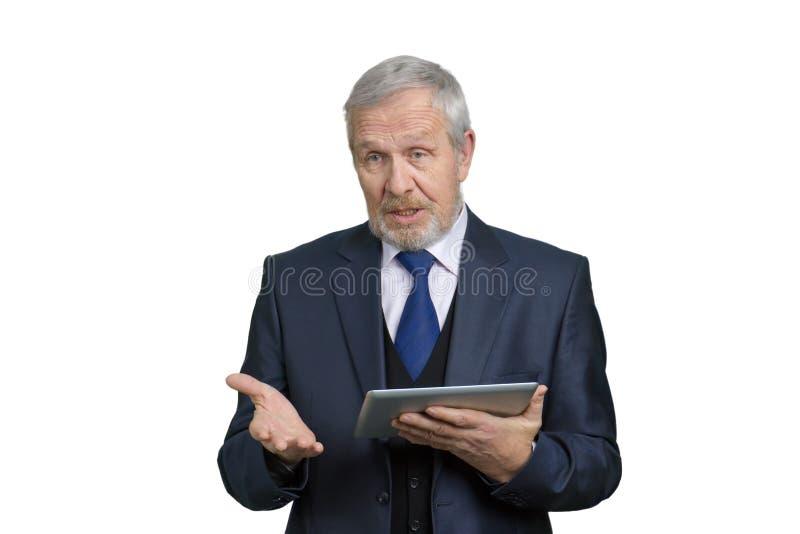 Toespraak van een oude professor met tablet royalty-vrije stock afbeeldingen
