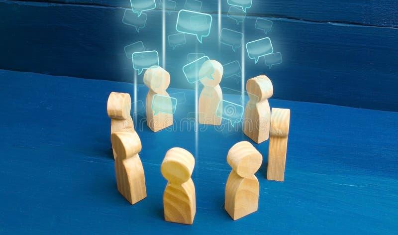 Toespraakwolken in het centrum van een mensencirkel Besprekingsprocessen in een team of een gemeenschap Aandeeladvies, diplomatie royalty-vrije stock afbeeldingen