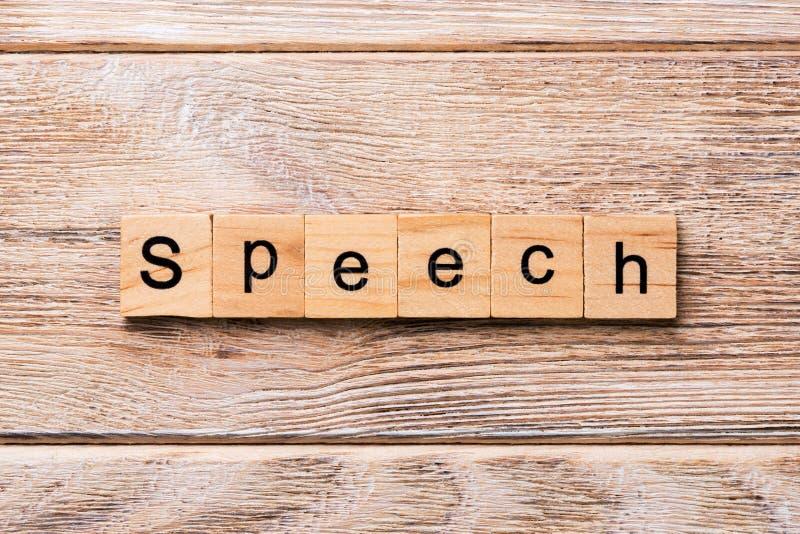 Toespraakwoord dat op houtsnede wordt geschreven toespraaktekst op houten lijst voor uw het desing, concept royalty-vrije stock foto's