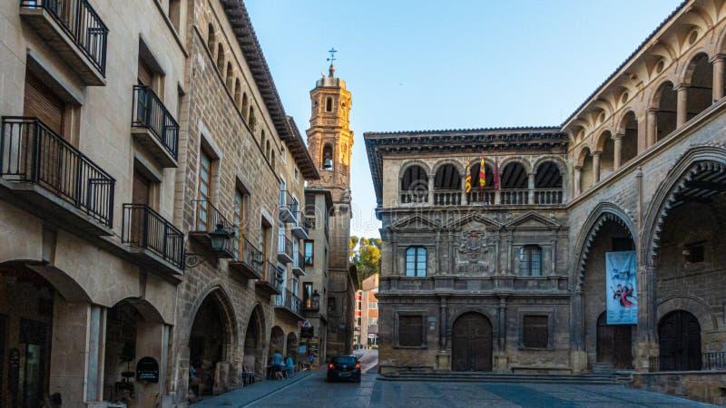 Toestand op het centrale plein van de historische stad Alcaniz in Spanje overdag stock afbeelding