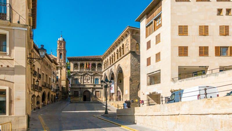 Toestand op het centrale plein van de historische stad Alcaniz in Spanje overdag stock foto's