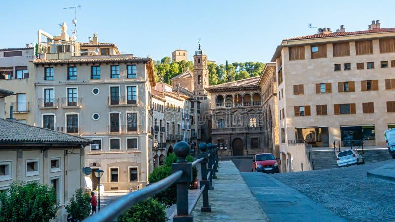 Toestand op het centrale plein van de historische stad Alcaniz in Spanje overdag stock fotografie