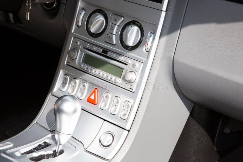 Toestel automatische hefboom in het moderne auto in detail Binnenland stock afbeeldingen