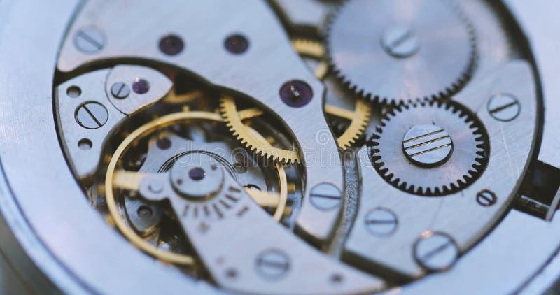 Toestellen en Drijfveer in het Mechanisme van een Horloge stock fotografie