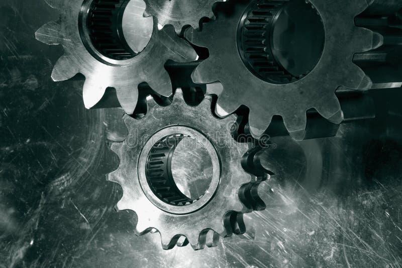 Toestellen en radertjes in brons
