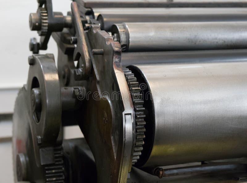 Toestellen van de oude machine in een drukhuis stock afbeeldingen