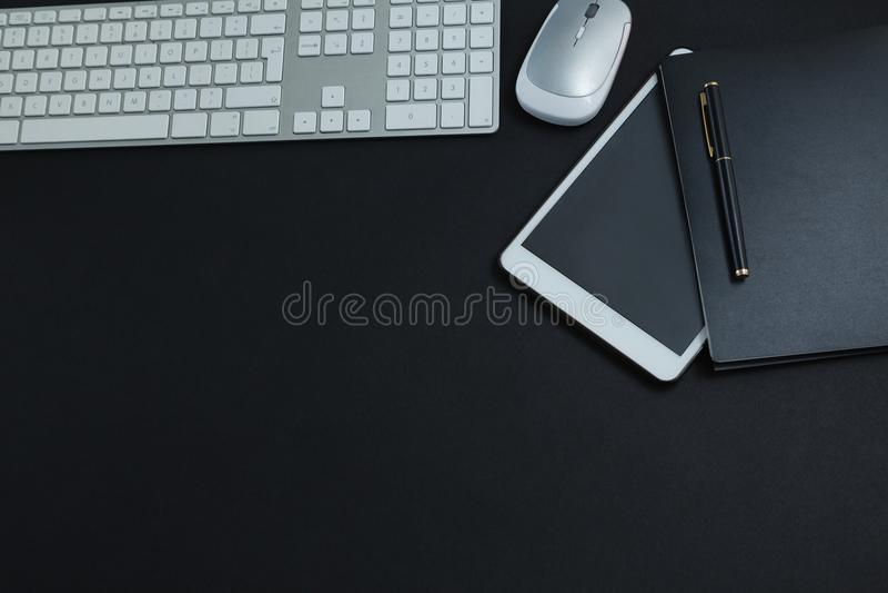 Toetsenbord, muis, digitale tablet, pen en organisator op zwarte achtergrond stock fotografie