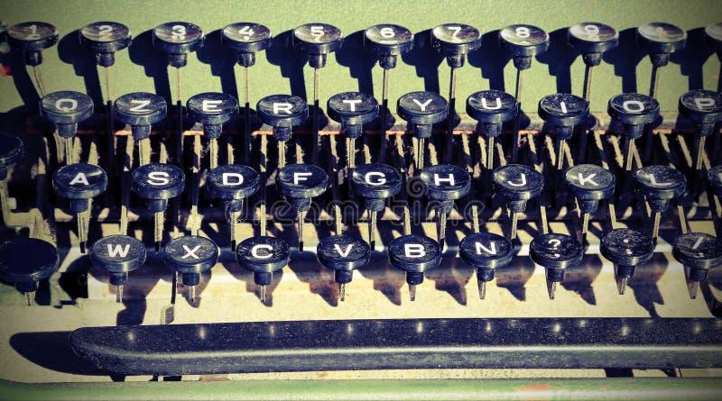 toetsenbord van een schrijfmachine bij vlooienmarkt stock foto's