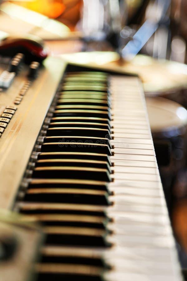 Toetsenbord van muziek elektronische synthesizer, piano op vaag backg royalty-vrije stock foto's