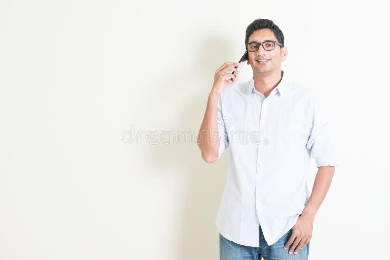 Toevallig bedrijfs Indisch mannetje die op smartphone spreken royalty-vrije stock afbeelding