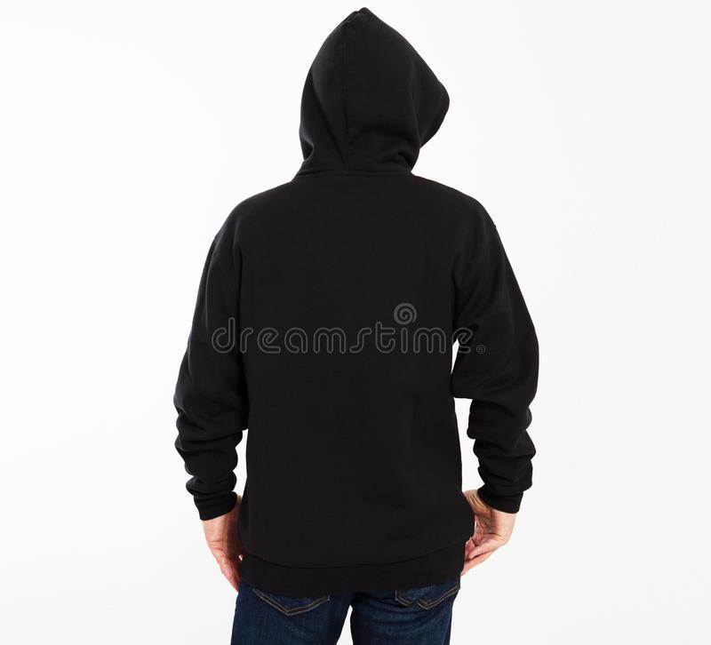 Toevallig beeld van Kaukasisch mannetje die een zwarte die hoodie dragen, in studio wordt gefotografeerd Zwart sweatshirtmodel stock foto's