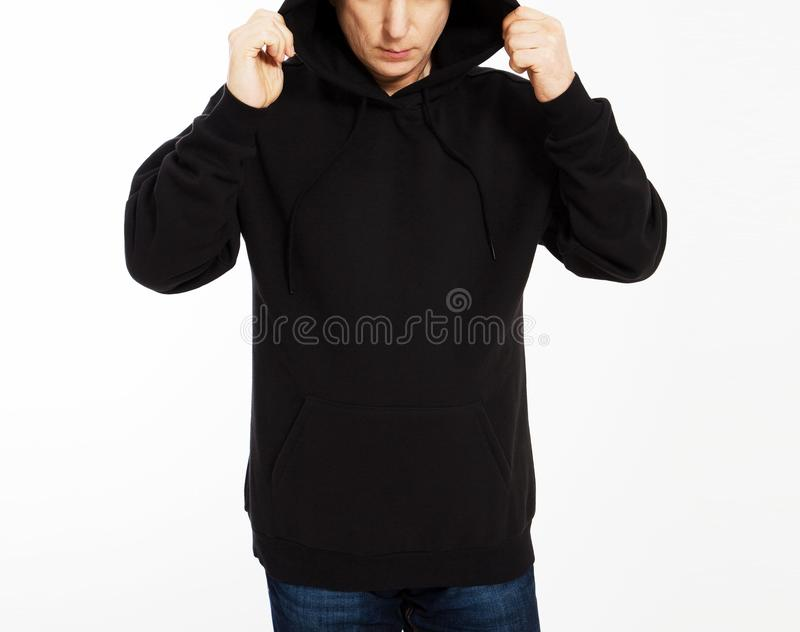 Toevallig beeld van Kaukasisch mannetje die een zwarte die hoodie dragen, in studio wordt gefotografeerd Zwart sweatshirtmodel stock afbeelding