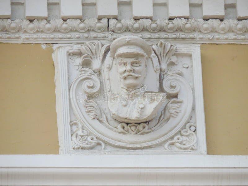 Toevallig bewaarde bas-hulp van Stalin op de voorgevel van de oude bouw van het oosten-Siberische Spoorwegbeleid royalty-vrije stock foto's