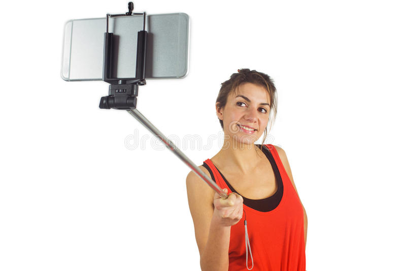 Toevallig brunette gebruikend selfie stok stock foto's
