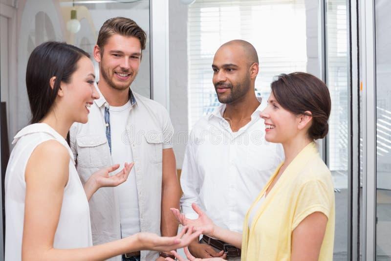 Toevallig commercieel en team die glimlachen spreken stock fotografie