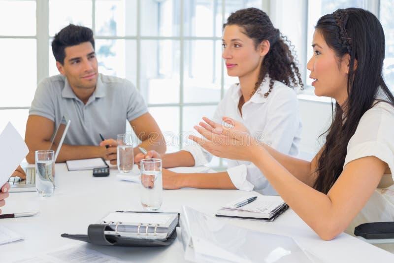 Toevallig commercieel team die een vergadering hebben stock foto