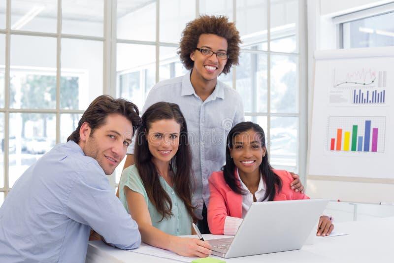 Toevallig commercieel team die een vergadering hebben stock fotografie