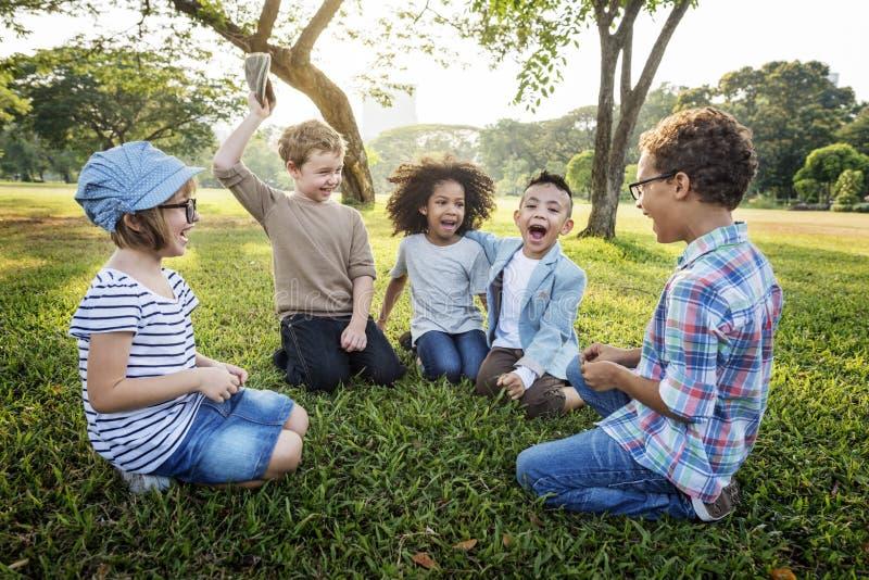 Toevallig de Jonge geitjesconcept van Kinderen Vrolijk Leuk Vrienden stock fotografie