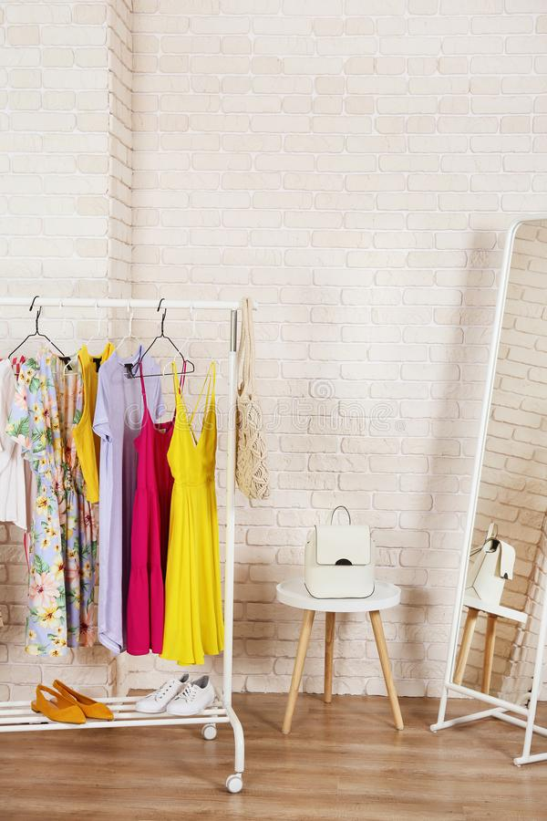 Toevallig de opslagrek van de kledingsboutique met veelvoudige kleding stock afbeeldingen