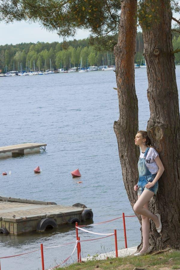 Toevallig die meisje op boom wordt geleund royalty-vrije stock fotografie