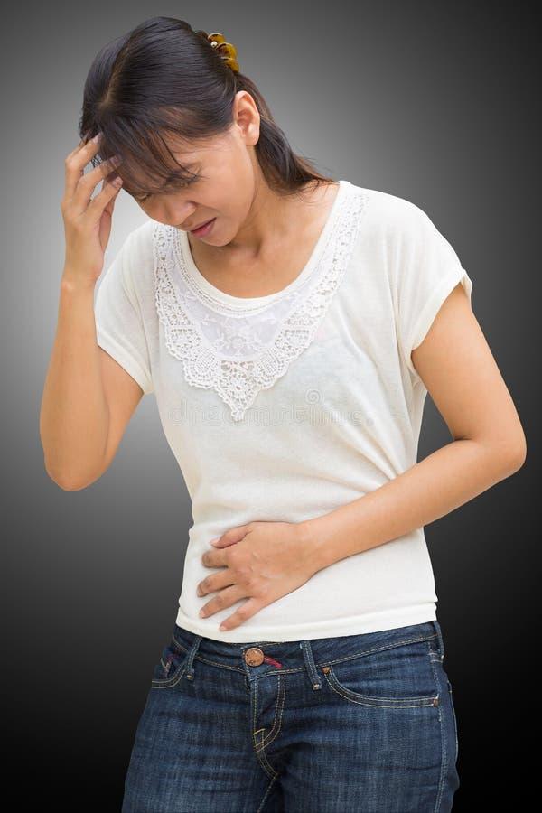 Toevallig dragen van de vrouw heeft een maag uitgeeft stock afbeeldingen