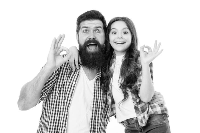 Toevallig en informeel Gebaarde mens en leuk meisje in het toevallige uitrusting o.k. gesturing Gelukkige vader en klein kind in  stock fotografie