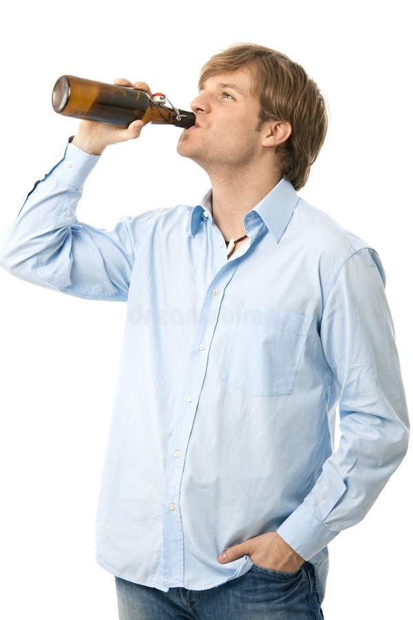 Toevallig jong het drinken bier stock foto