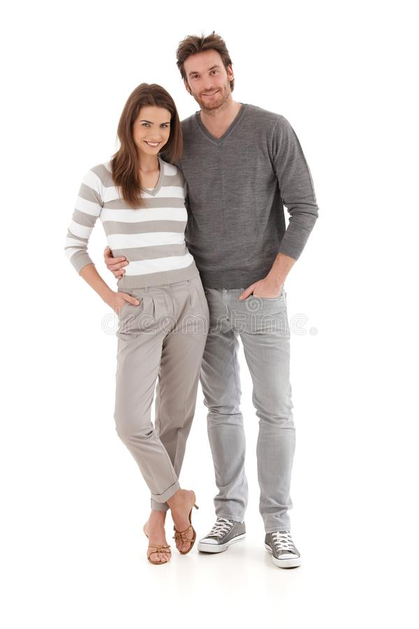 Toevallig jong paar dat het glimlachen omhelst stock foto