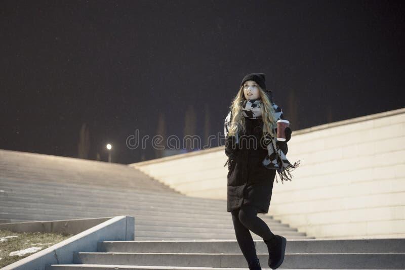 Toevallig meisje bij straat royalty-vrije stock fotografie