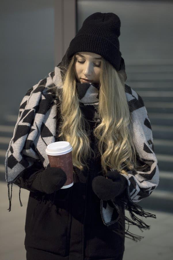 Toevallig meisje met koffie stock afbeelding
