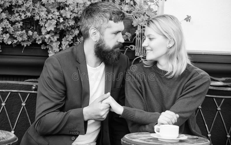 Toevallig ontmoet kennissenopenbare ruimte Romantisch paar Normale manier om aan andere enige mensen samen te komen en te verbind royalty-vrije stock afbeelding