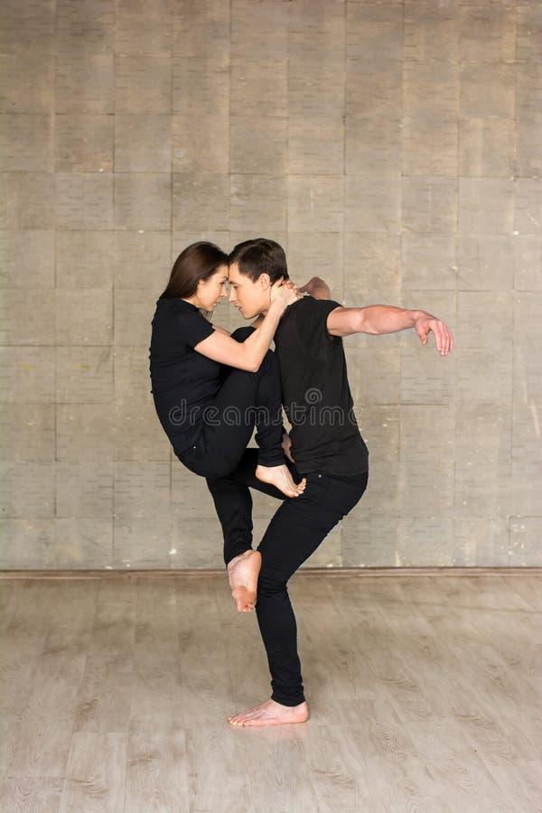 Toevallig paar van dansers in studio royalty-vrije stock fotografie