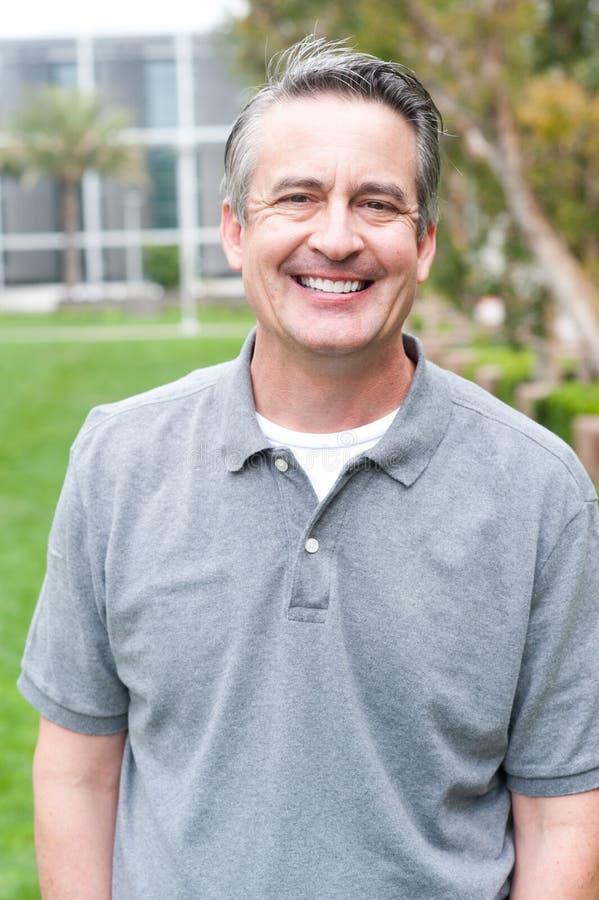 Toevallig portret van een rijpe, gelukkige mens stock afbeelding