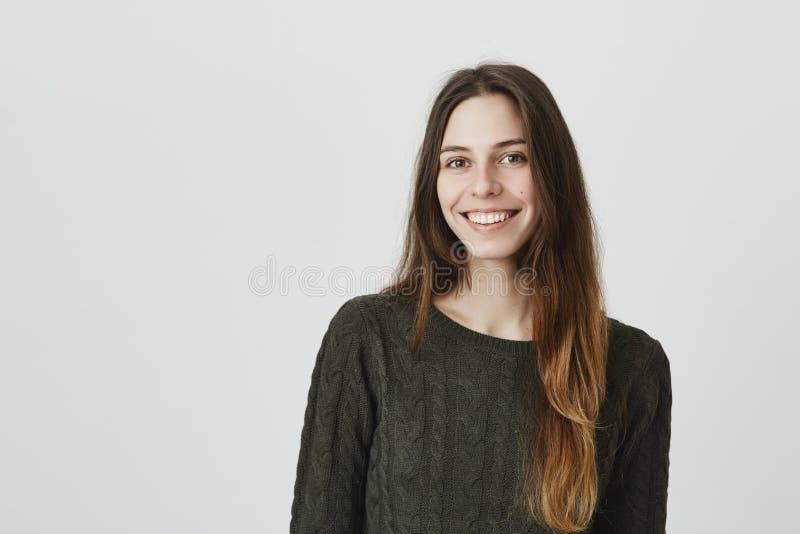 Toevallig portret van het jonge aantrekkelijke Europese meisje glimlachen gelukkig met oprechte die blik, over witte achtergrond  royalty-vrije stock fotografie
