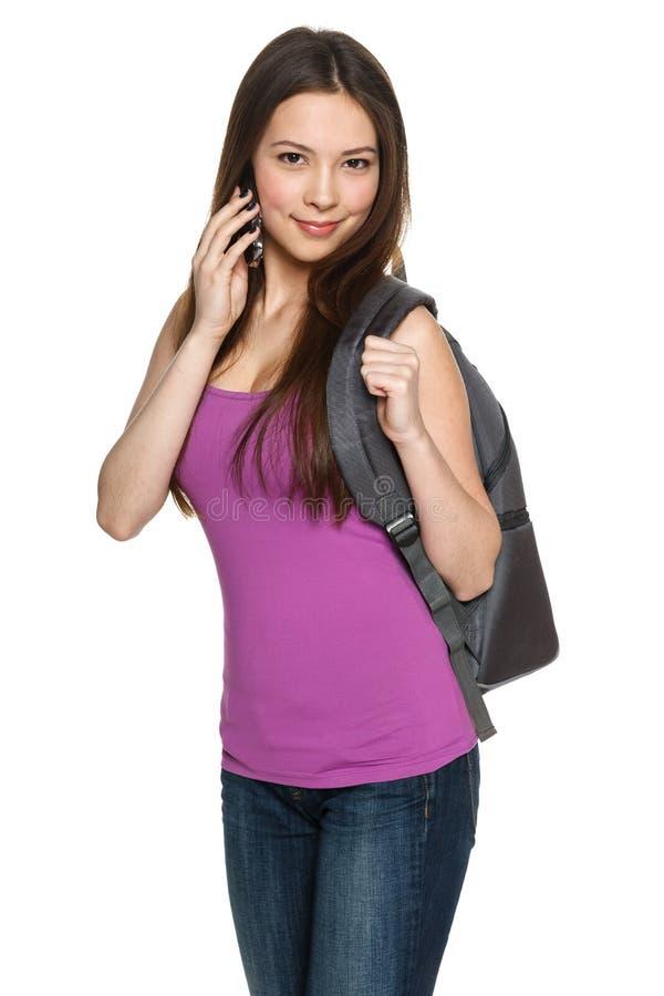 Toevallig tienermeisje die rugzak dragen die op celtelefoon spreken royalty-vrije stock afbeeldingen