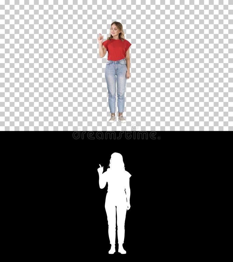 Toevallige charmante vrouwenpresentator die denkbeeldige knoop op het denkbeeldige scherm, Alpha Channel puching stock fotografie