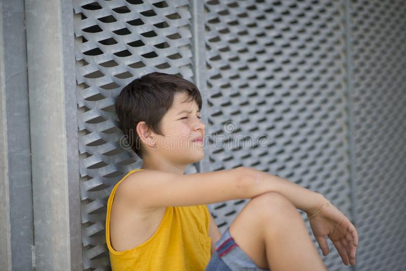 Toevallige geklede jonge het portretlevensstijl van de tienerschaatser in openlucht royalty-vrije stock afbeelding