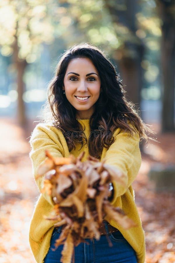 Toevallige gelukkige vrouw die pret in de herfst hebben royalty-vrije stock afbeelding