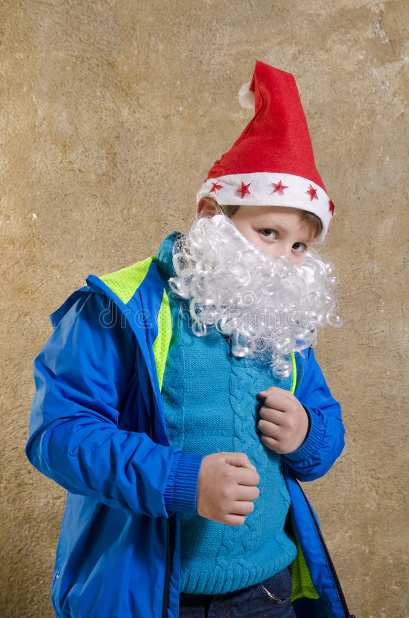 Toevallige jongen met Kerstmankostuum stock foto