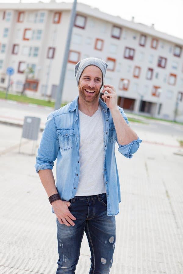 Toevallige manierkerel die met zijn mobiel roepen royalty-vrije stock afbeeldingen