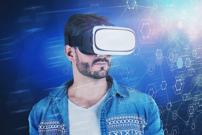 Toevallige mens in VR-hoofdtelefoon, virtuele interface stock afbeeldingen