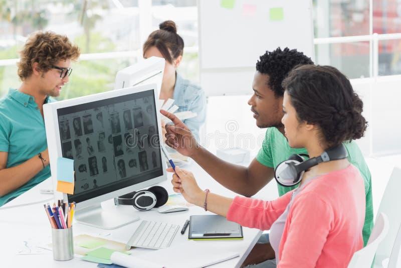 Toevallige mensen die aan computers in bureau werken stock fotografie
