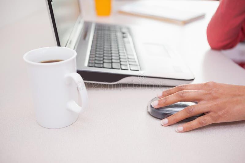 Toevallige onderneemster die aan laptop werken royalty-vrije stock foto's