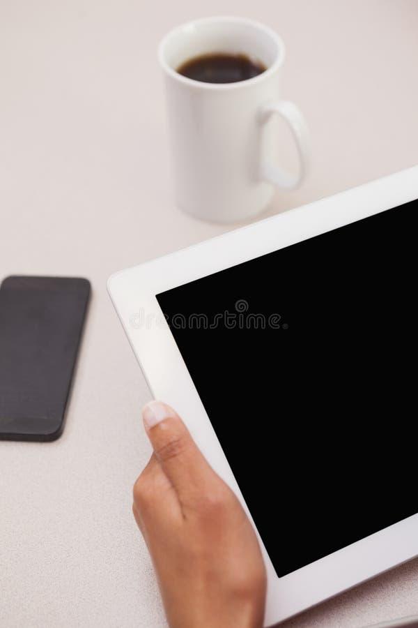 Toevallige onderneemster die tabletpc met behulp van stock afbeeldingen