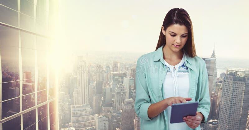 Toevallige onderneemster die tabletpc met behulp van tegen stad royalty-vrije stock foto